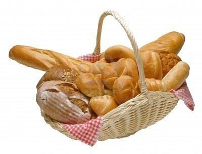709796-pain-et-petits-pains-dans-un-panier-en-osier-avec-isolees-chemin-de-detourage-1.jpg