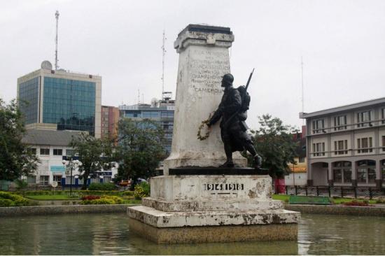 douala-independence-square-memorial-a-la-memoire-des-militaires-et-marins-francais-et-allies-tombes-au-champ-d-honneur-pendant-la-campagne-du-cameroun-large-1.jpg